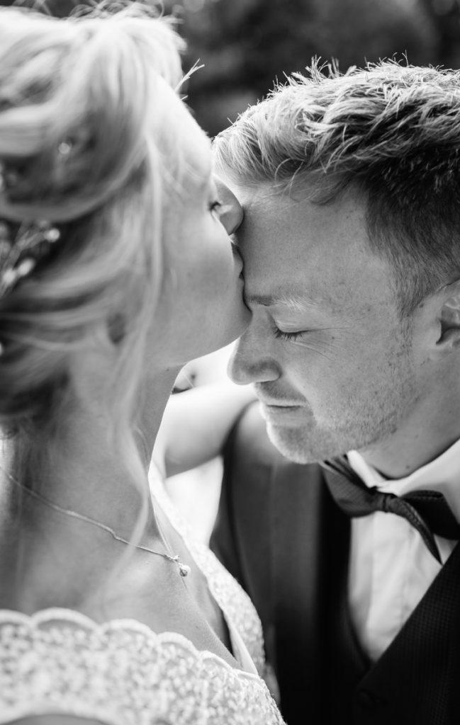 Emotionale Hochzeitsfotografie München Kuss